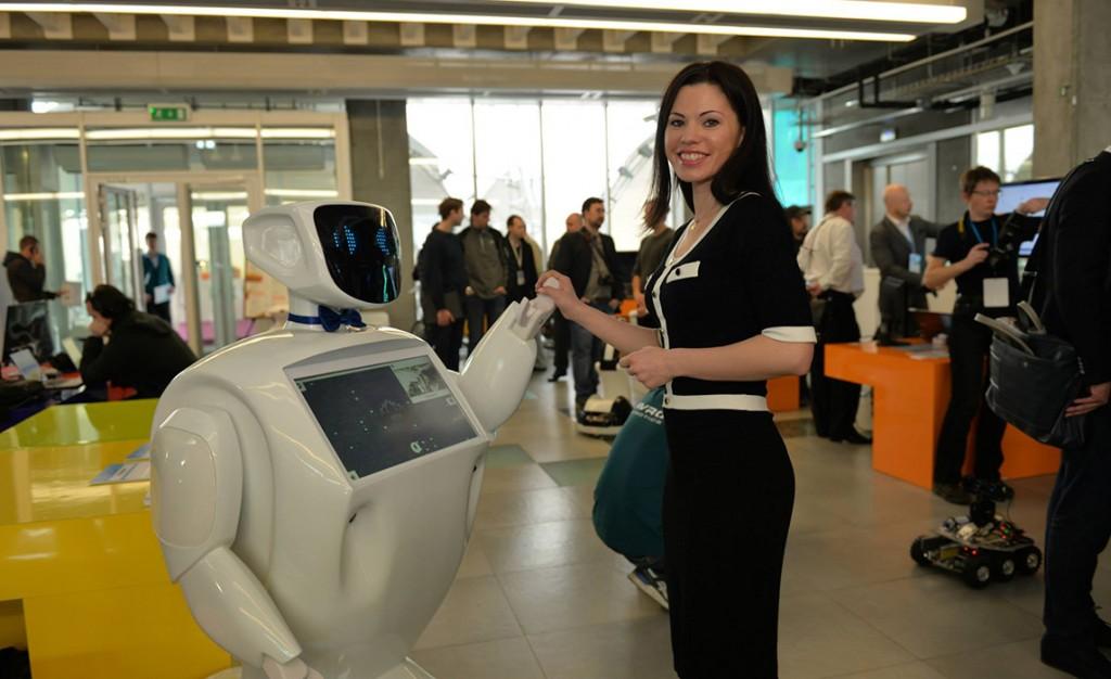 Робот консультант (Promobot)-2