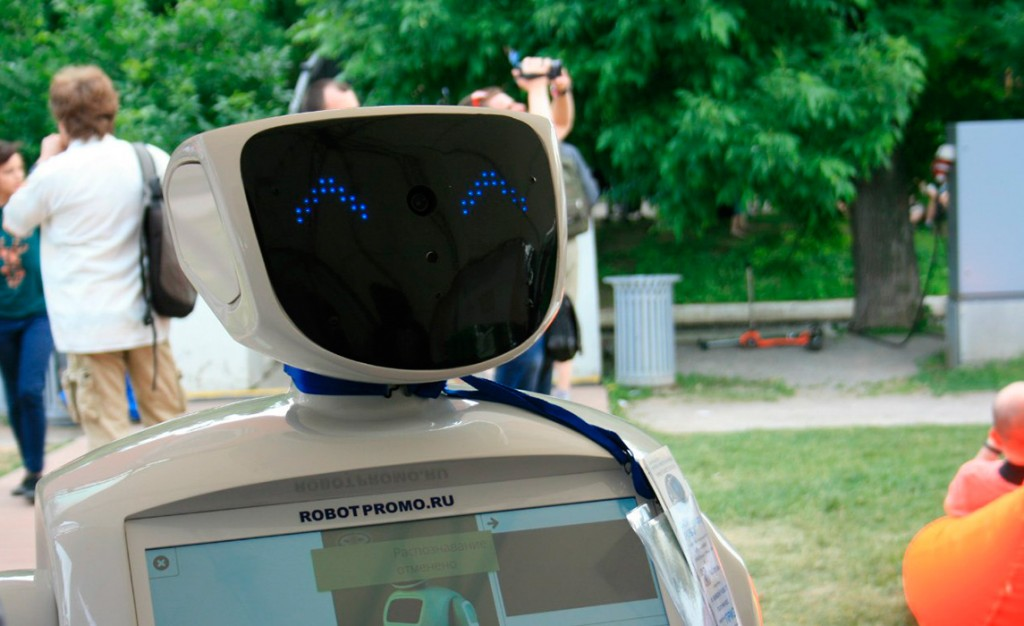 Робот консультант (Promobot)-1